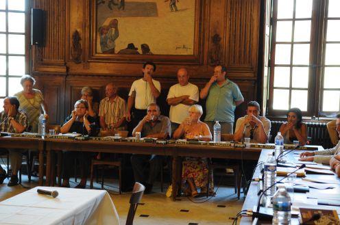 conseil municipal perturbé par des siffleur de salin