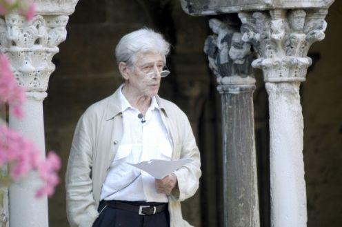 """Photo Ville d'Arles: Hubert Nyssen en 2008, lors de """"Lectures en Arles""""  au cloître Saint-Trophime."""