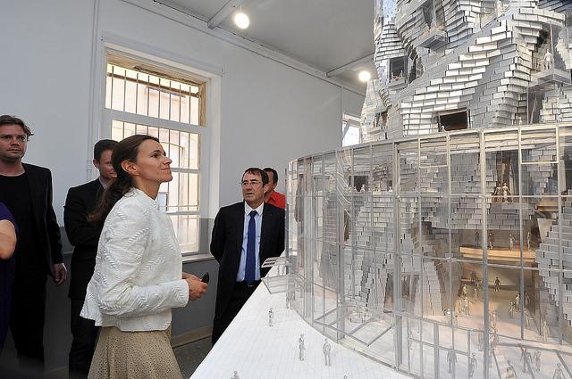 Aurélie Filippetti, ministre de la culture, découvre la tour pensée par l'architecte Frank Gerhy