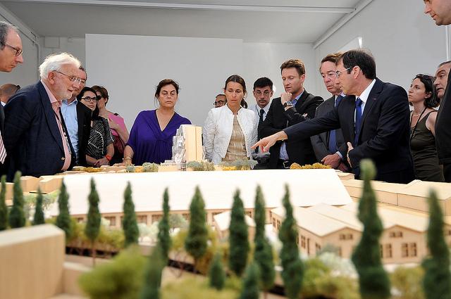 La maquette avec autour le maire d'Arles, Maja Hoffmann, Aurélie Filippetti et Eric Perez