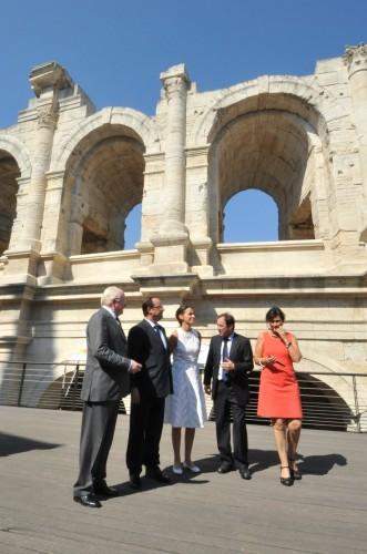 Hollande Schiavietti Vauzelle devant les arènes