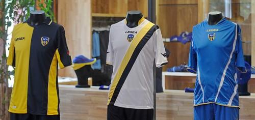 Les trois nouveaux maillots  de l'Aca ont été dévoilé mardi 16 juillet. Photo: aa.net