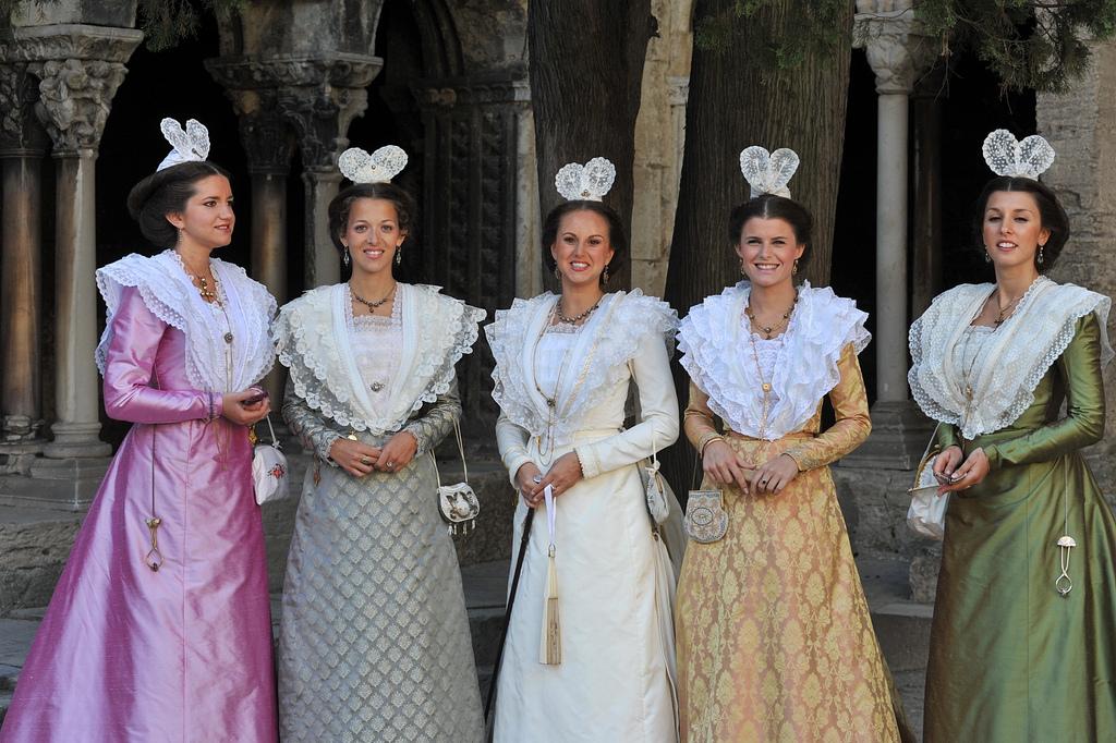 Arles Info » 13 candidates pour devenir la nouvelle Reine ...