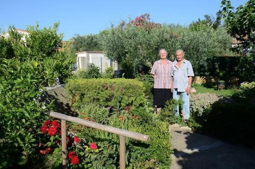 Mme et M. Miare ont reçu le premier prix du concours jardins et balcons fleuris, dans la catégorie jardins. photo D. Bounias, ville d'Arles.