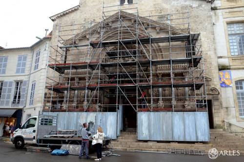 Le portail de Saint-Trophime sera revêtu de cette gangue métallique pour trois mois. photo Daniel Bounias, ville d'Arles