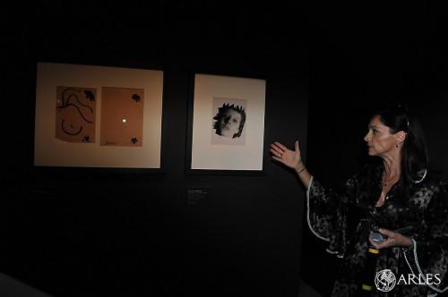 Pascale Picard, directrice du musée Réattu, montre la photo de Lucien Clergue que Picasso a choisi. photo P. Mercier, ville d'Arles