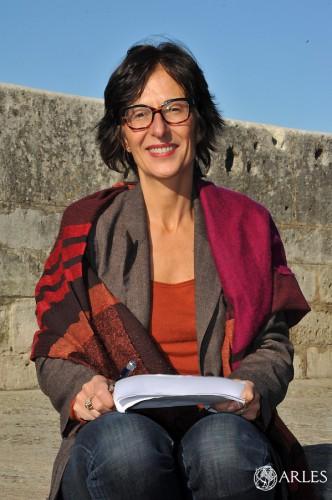 Florence Hartmann anime la conférence d'ouverture des Assises de la traduction. photo ville d'Arles, Patrick Mercier