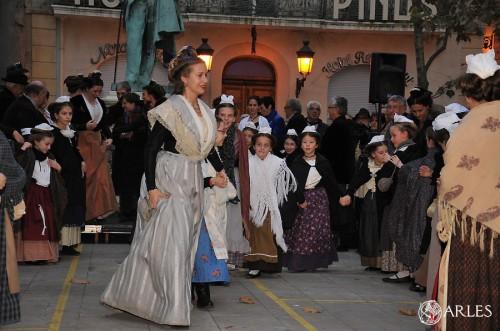 Entraînées par la Reine d'Arles, les Mireieto dansent la traditionnelle farandole. photo P. Mercier, ville d'Arles