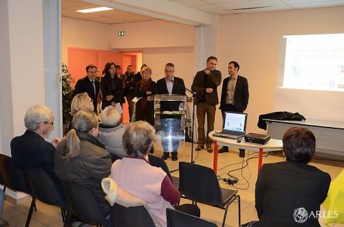 """Le 2 décembre 2014, la présidente de l'association CLCV, les élus, la représentante de la CAF lancent l'opération """"consommer moins, consommer malin"""" à la maison de quartier de Griffeuille. photo D. Bounias, ville d'Arles"""