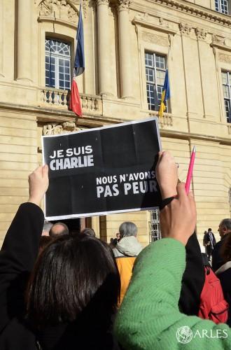 Les Arlésiens observent une minute de silence devant les drapeaux de l'Hôtel de Ville mis en berne. photo D. Bounias/ville d'Arles