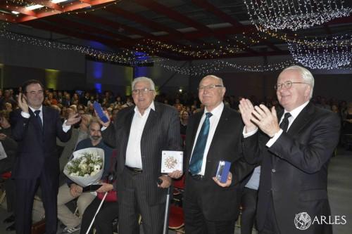 Entourés de Hervé Schiavetti et Michel Vauzelle, Pierre Benkemoun et Martial Roche. photo R. Boutillier, ville d'Arles
