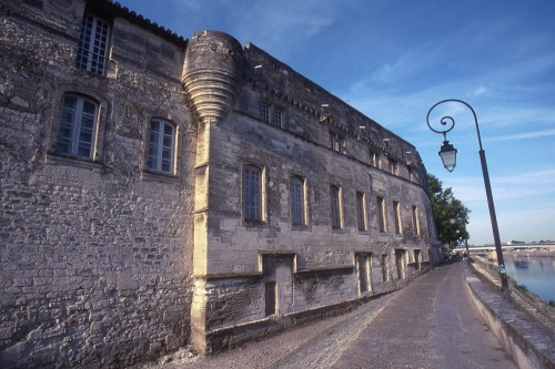 2004_07471 musee reattu facade et court db