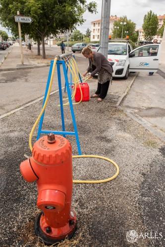 Rampe de distribution d'eau potable mise en place par la SEA à côté du gymnase Jean-François Lamour. photo O. Quérette/ektadoc/ville d'Arles boulevard Emile Combes