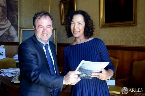 Monique Quesada et le maire d'Arles. photo D. Bounias, ville d'Arles