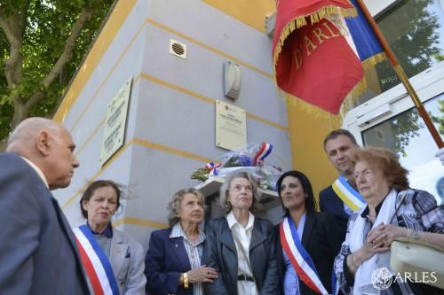 Le 27 mai 2015, une plaque au nom de Joseph Valentin-Maurel, Résistant arlésien de la première heure, est dévoilée sur la façade du local Animation de proximité des Alyscamps. photo R. Boutillier, ville d'Arles.