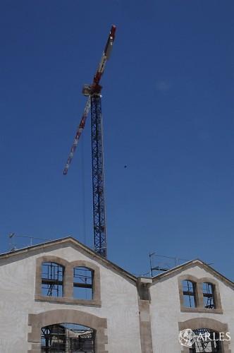 La grue du chantier du Parc des Ateliers culmine à 75 mètres. photo P. Mercier/ville d'Arles.