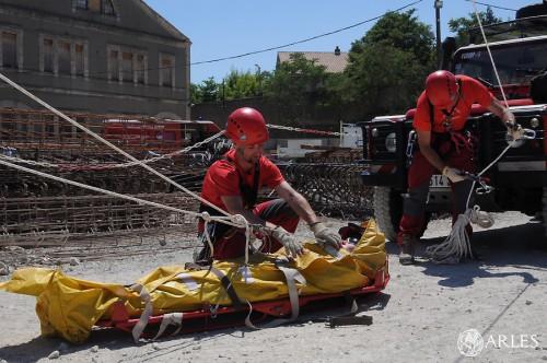 Le pompier qui simule le rôle de la victime a été sanglé sur un brancard puis acheminé jusqu'à terre en rappel. photo P. Mercier/ville d'Arles