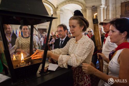 Hall de l'hôtel de ville d'Arles, arrivée de la flamme des feux de la saint-Jean