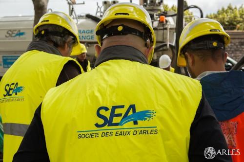 Techniciens de la SEA en intervention. photo O. Quérette/ektadoc/ville d'Arles