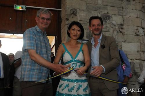 Fleur Pellerin, entourée du photographe Martin Parr et de Sam Stourdzé, directeur des Rencontres,  inaugure la 46ème édition à l'Eglise des Frères-Prêcheurs. photo P. Mercier, ville d'Arles