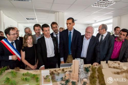 Le Premier ministre devant la maquette du Parc des Ateliers. photo O. Quérette/ville d'Arles