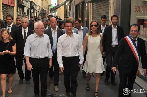 Visite du 1er Ministre Manuel Valls pm *** Local Caption *** Visite du 1er Ministre Manuel Valls à Arles Mme Valls, Anne Gravoin