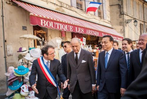 Le maire d'Arles, Laurent Fabius, ministre des Affaires étrangères et Li Kiqiang se rendent de l'amphithéâtre à l'Hôtel de Ville. photo O. Quérette/ektadoc/ville d'Arles