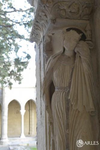 La restauration fait apparaître des traces de polychromie sur certaines sculptures. photo. R. Boutillier/ville d'Arles