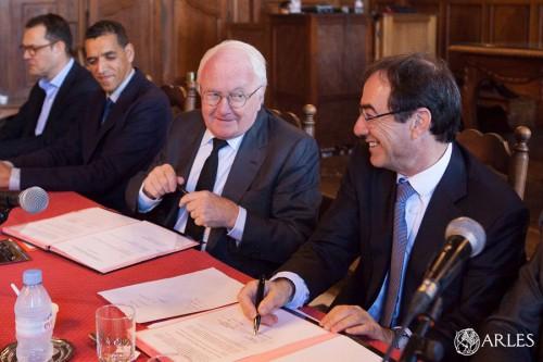 Signature de la convention région/ville d'Arles pour l'aménagement de la ZAC des Ateliers salle d'honneur Hôtel de Ville