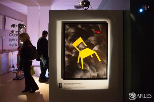 """L'exposition """"La chaise dans tous ses états"""" réunit des artistes autour de la chaise de Vincent Van Gogh. L'exposition a été conçue par deux jeunes commissaires d'exposition arlésiennes. Photo O. Quérette/ektadoc/ville d'Arles."""