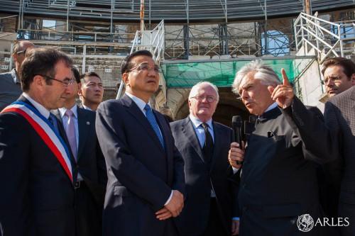 Le Premier ministre de la République Populaire de Chine, Li Keqiang, accompagné d'une délégation officielle chinoise, a effectué un voyage officiel en France du 29 juin au 2 juillet 2015 au cours duquel il s'est rendu notamment à Arles. Mercredi 1er juillet, en fin d'après-midi, le Premier ministre chinois ainsi que Laurent Fabius, Ministre des Affaires étrangères et du Développement international et Mattias Fekl, Secrétaire d'État, chargé de la promotion au tourisme, ont visité plusieurs sites de la ville, accompagné par Hervé Schiavetti, maire d'Arles, et une délégation d'officiels arlésiens.