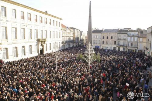 Le 11 janvier 2015, des milliers d'Arlésiens rendait hommage aux victimes des attentats les 7 et 9 janvier 2015. photo R. Boutillier/ville d'Arles