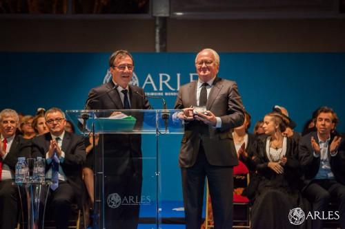 Remise par Monsieur le Maire Hervé Schiavetti de la Médaille de la Ville à Michel VAUZELLE, ancien Ministre Député à l'Assemblée Nationale.