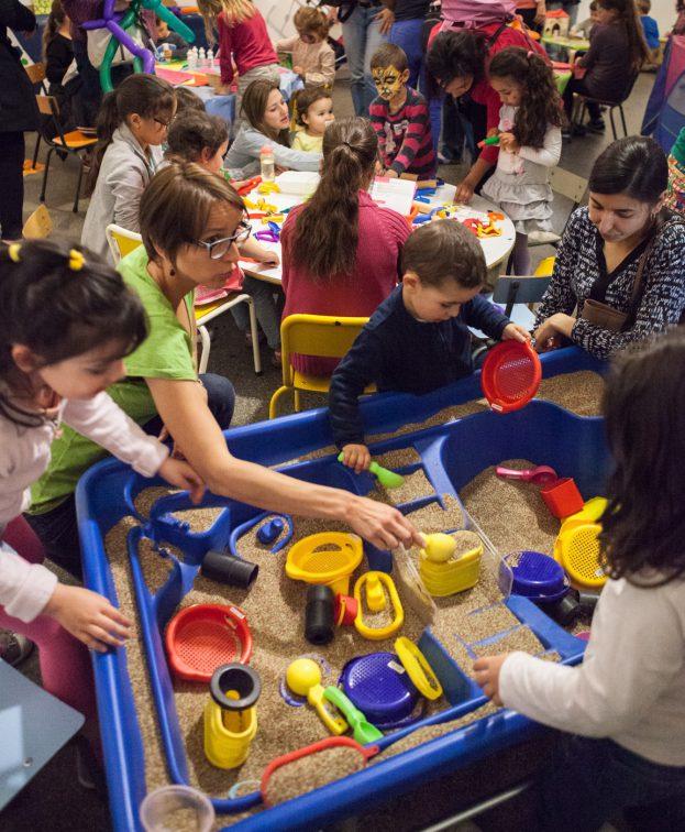Forum petite enfance à l'espace Van Gogh. Animations (parcours psychomotricité), spectacles, marionnettes à fils ... Tirage de la tombola avec les élus.
