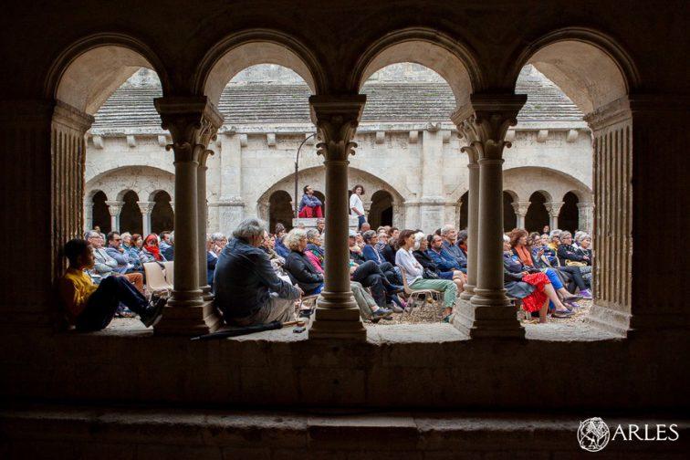 """Lecture de """"Le Poème du Rhône"""" par Claude Guerre. à l'Abbaye de Montmajour; organisées par l'Association du Méjan."""