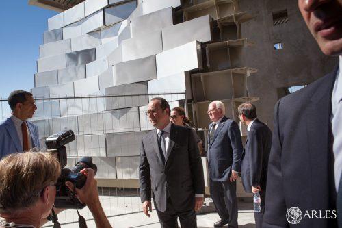 Visite de François Hollande du chantier de la tour Gehry de la Fondation Luma et des expsoitions au parc des Ateliers, Arles 2016.