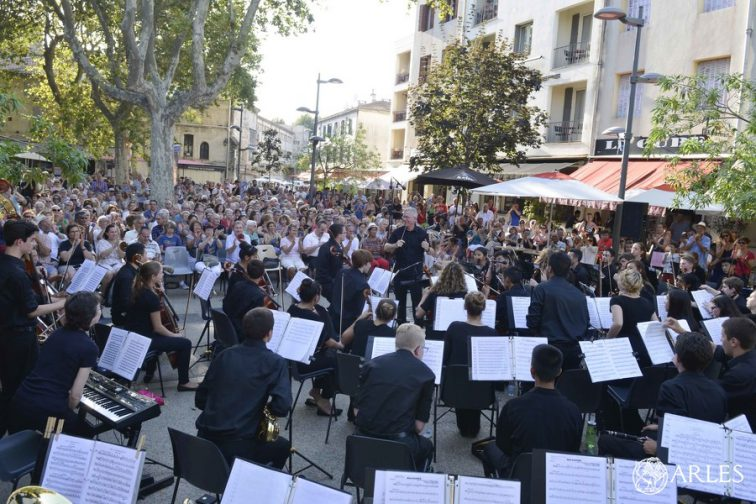 Concert de 60 jeunes musiciens du Youth Orchestra of Bucks country, sur la place Voltaire. Photo Romain Boutillier / Ville d'Arles