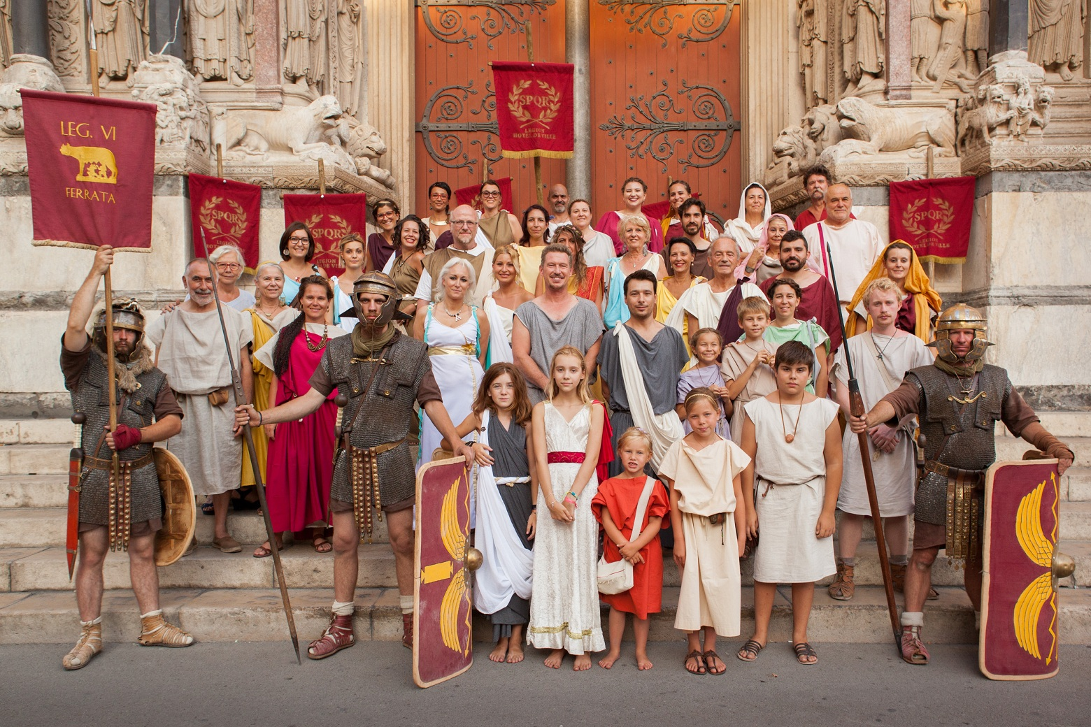 Commerçants et bénévoles du Festival Arelate place de la République à Arles.