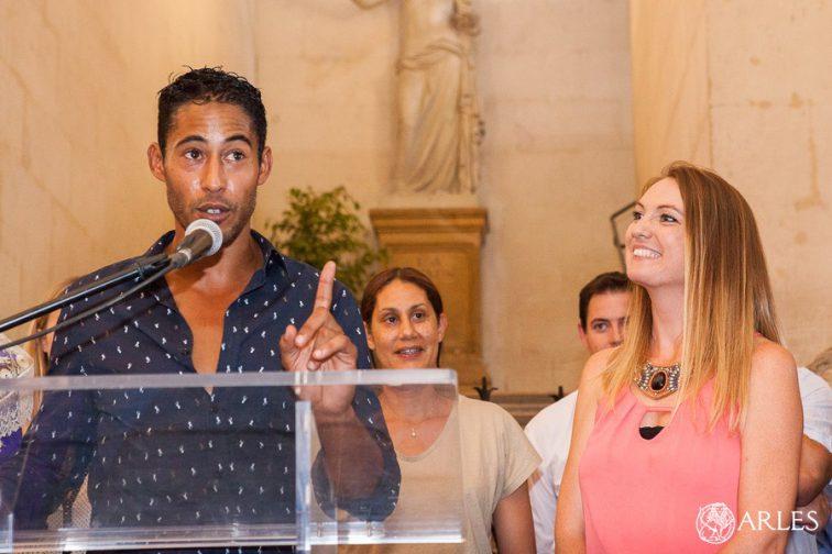 Medhi Savalli reçoit la médaille de la ville d'Arles pour ses 10 ans d'alternative, salle des pas perdus, hôtel de ville d'Arles.
