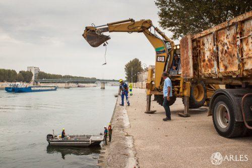 Nettoyage des rives du Rhône par Voies Navigables de France et service propreté de la ville d'Arles. Quai de la Roquette