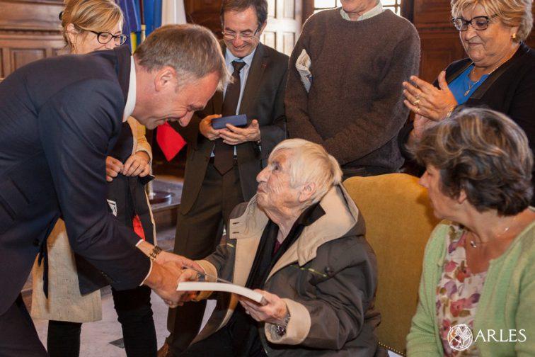 Remise de la médaille ville d'Arles à Esther Bejarano