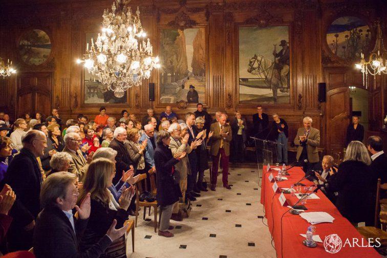 Remise de la medaille de la Ville d'Arles à Estelle Rouquette par le maire Hervé Schiavetti et le président de l'Académie d'Arles Jean-Maurice Rouquette, en salle d'honneur de la mairie.