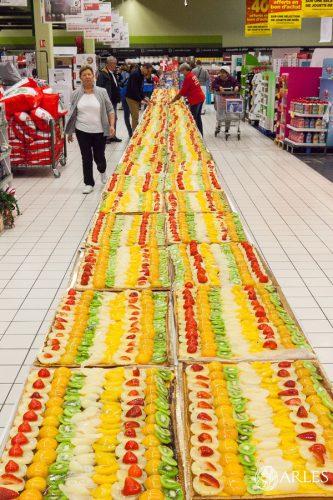 Au profit de toutes les associations caritatives arlésiennes , le supermarché Géant Casino à Fourchon a cuisiné un gâteau de 1500 parts.