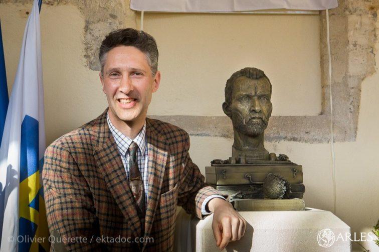 Anthony Padgett et le buste de Van Gogh qu'il a réalisé.