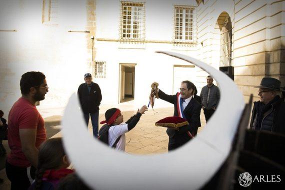 Feria de los ninos : le maire d'Arles remet les clés de la ville aux enfants
