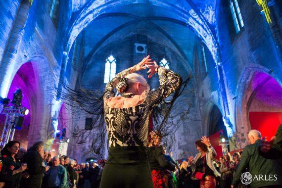 Pendant la feria,la fête s'est prolongée tard dans la nuit dans les neuf bodegas (comme ici, aux Andalouses). photo O. Quérette/ektadoc/ville d'Arles