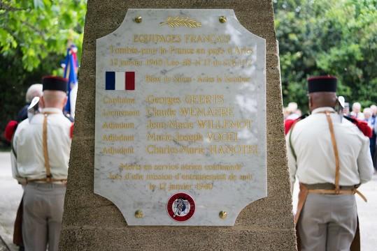 Une plaque portant les noms des cinq membres d'équipage du bombardier qui s'est écrasé près du Sambuc le 12 janvier 1940, a été posée sur le monument aux morts du village, le 8 mai 2019, lors de la cérémonie du 74ème anniversaire de la Victoire de 1945. Photo R. Boutillier/ville d'Arles.