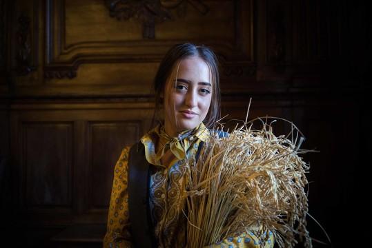 A 19 ans, cette jeune fille issue d'une famille de riziculteurs a été choisie pour promouvoir le riz par l'Association pour le renouveau des prémices du riz. photo R. Boutillier/ville d'Arles