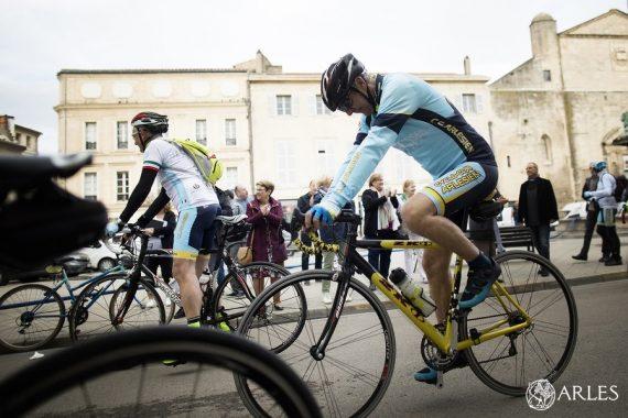 Des cyclistes du Cyclo club arlésien sont partis le lundi 20 mai de la place de la République pour rallier Vercelli, dans le cadre de l'anniversaire du jumelage entre Arles et cette cité italienne. Photo Florent Gardin / Ville d'Arles