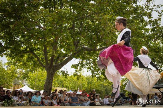 Le 9 juin 2019, le village était en fête pour participer aux célébrations autour du sel, orchestrées par l'association Camargo Souvajo. photo P. Praliaud/ville d'Arles.